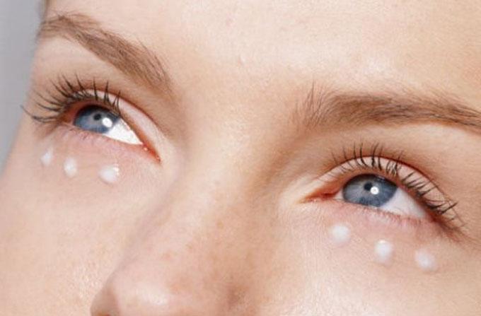 Как правильно ухаживать за кожей вокруг глаз: полезная информация