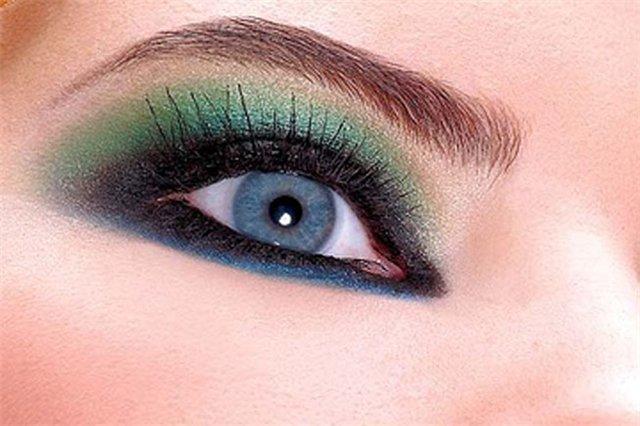 Как подчеркнуть голубые глаза