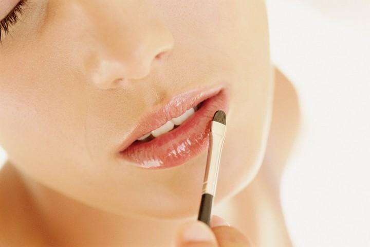 Как помочь шелушащимся губам