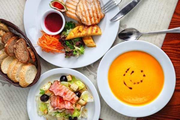 Эффективность похудения связали с ранним обедом