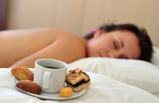 Дефицит сна увеличивает тягу к сладкому