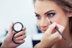 Благодаря макияжу женщины становятся умнее, данные эксперимента