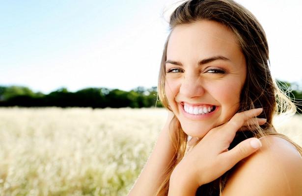 Ученые заявили, что улыбка на фото «старит» человека