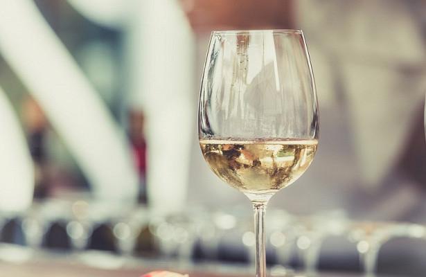 Ученые: Белое вино делает женщин счастливыми