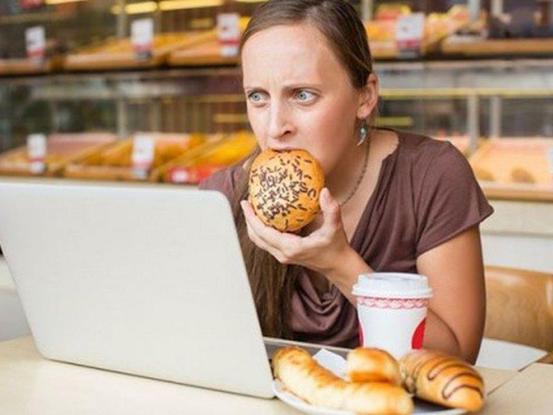 Переработка ведет к ожирению у женщин