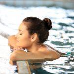Как защитить кожу и волосы от хлора в бассейне? Рассказывает дерматолог из США