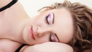 Чем опасен сон с макияжем