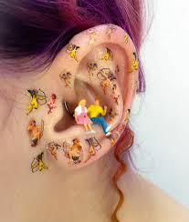 Микротренд: бусины и флеш-татуировки на ушах