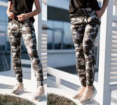 В тренде камуфляжные штаны