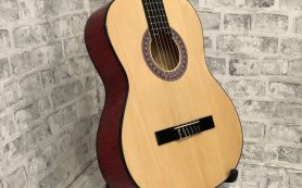 Классическая шестиструнная гитара из музыкального магазина